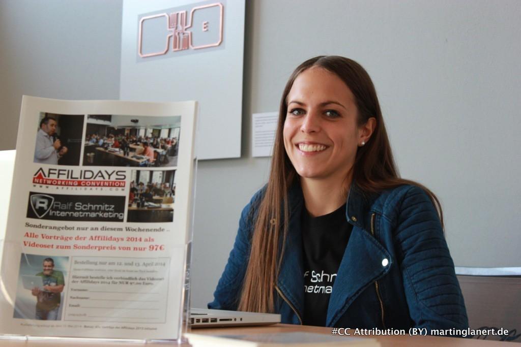 Laura Geisbüsch sitz an der Anmeldung bei den Afilidays 2014