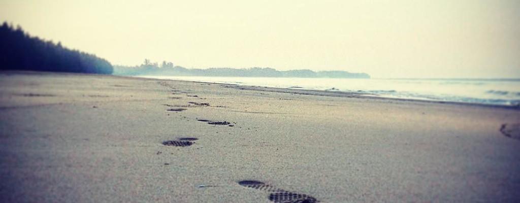 Barfuss-Lauf am Strand von Koh Kho Khao