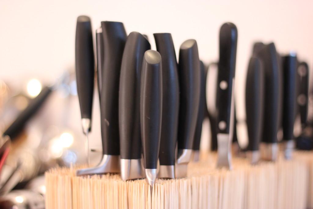 Für mich immer der erste Blick in jeder Küche: Die Messer. Hier gibt es eindeutig sehr ordentliches Handwerkszeug für die Teilnehmer der Kochkurse.