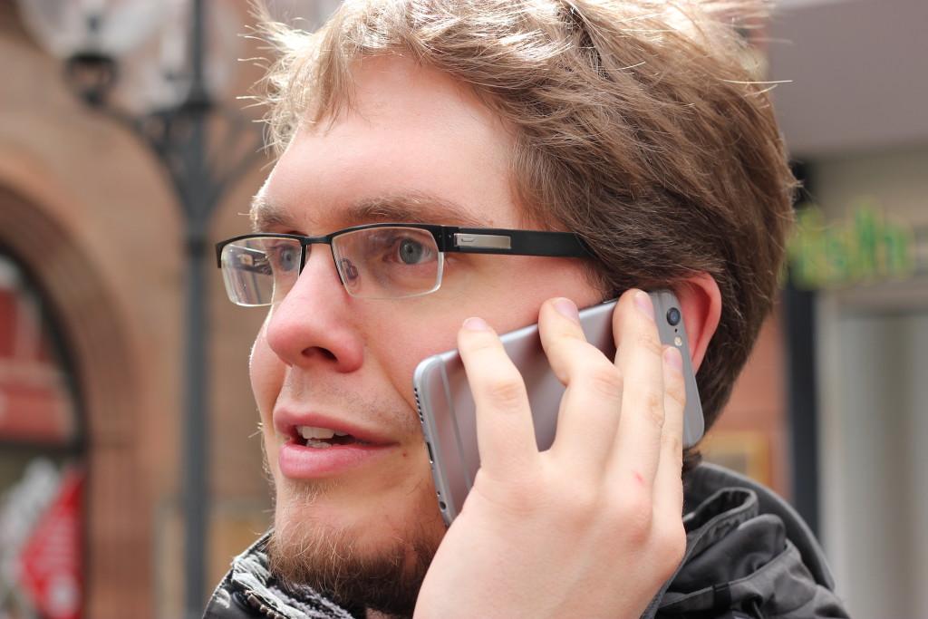 Jan Thiel am Telefon