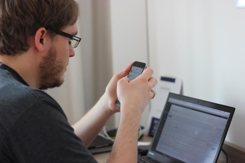 Jan Thiel mit Handy & Computer. 200% WordPress (;